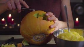 Żeńskie ręki rzeźbią od dyniowego Jack lampionu dla Halloweenowego świętowania «- zbiory wideo