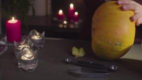 Żeńskie ręki rzeźbią od dyniowego Jack lampionu dla Halloweenowego świętowania «- zdjęcie wideo