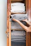 Żeńskie ręki trzyma sterta monochrom łóżkowy Zdjęcia Royalty Free