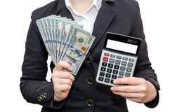 Żeńskie ręki trzymają dolary i kalkulatora z białym ekranem na białym tle zdjęcie royalty free