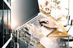 Żeńskie ręki używać pustego laptop Obrazy Royalty Free