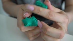 Żeńskie ręki ugniatają kawałek plastelina zbiory wideo
