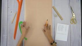 Żeńskie ręki wyjaśniają coś na czystym prześcieradle papier zbiory