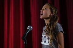 Żeńskiego artysty śpiewacka piosenka na scenie obrazy stock