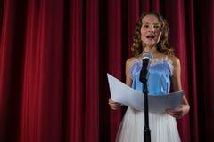 Żeńskiego artysty śpiewacka piosenka na scenie obrazy royalty free