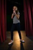 Żeńskiego artysty śpiewacka piosenka na scenie fotografia stock