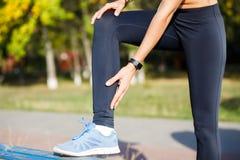 Żeńskiego biegacza macania ciasna łydka przy jogging zdjęcia stock
