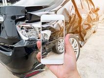 Żeńskiego chwyta mobilny smartphone fotografuje wypadek samochodowego obrazy stock