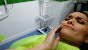 Żeńskiego cierpienia silny toothache, czekać na lekarkę w dentysty krześle, ból obrazy royalty free