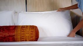Żeńskiego gosposi utworzenia biała poduszka w hotelu zdjęcie wideo