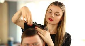Żeńskiego Hairstylist Tnący włosy mężczyzny klient obraz royalty free