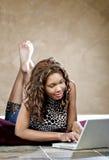 żeńskiego laptopu wzorcowy używać Zdjęcie Royalty Free