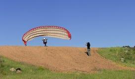?e?skiego paraglider pilotowy zdejmowa? i kobiety ekranizacja z jej wisz?c? ozdob? fotografia royalty free