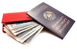 żeńskiego pieniądze paszportowa kiesy czerwień Obrazy Stock