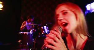Żeńskiego piosenkarza śpiew w mikrofon 4k zdjęcie wideo