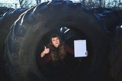 Żeńskiego pracownika atrakcyjni buble opony i punkty schowek zdjęcia royalty free