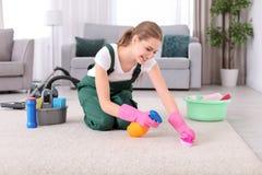 Żeńskiego pracownika cleaning dywan zdjęcia royalty free