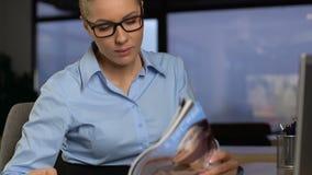 Żeńskiego pracownika czytelniczy magazyn zamiast pracuje, brak motywacja, zanudza pracę zbiory
