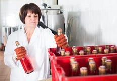żeńskiego pracownika kocowania wina butelki Obrazy Stock