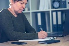 Żeńskiego przedsiębiorcy podpisywania biznesowa kontraktacyjna zgoda obraz stock