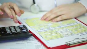 Żeńskiego terapeuta ubezpieczenia zdrowotnego żądania podsadzkowa forma out, kalkulatorscy koszty zdjęcie wideo