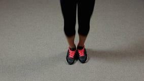 Żeńskiej atlety doskakiwanie z omijać arkanę utrzymywać noga napad, aktywny trening zbiory wideo