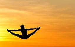 żeńskiej gimnastyczki skokowy zmierzch Obraz Stock