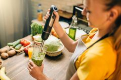 Żeńskiej osoby kucharstwo, miesza zdrową żywność organiczną zdjęcie royalty free