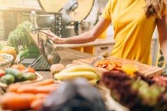 Żeńskiej osoby kucharstwo na kuchennym, zdrowym jedzeniu, obrazy stock