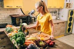 Żeńskiej osoby kucharstwo na kuchennym, zdrowym jedzeniu, obraz stock