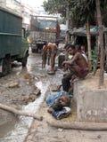 żebraków kolkata ulicy Indiańscy ludzie obmycia themselves na ulicie obrazy stock