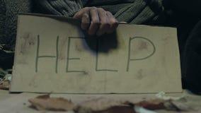 Żebraka mienia pomocy znak, problem ubóstwo i bezdomność na miasto ulicach, zbiory