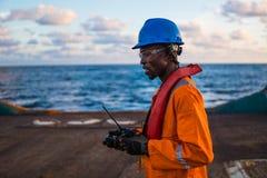 Żeglarz AB lub Bosun na pokładzie naczynie lub statek, jest ubranym PPE Obraz Stock