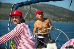 Żeglarzi uczestniczą w żeglowania regatta Ellada 20th jesieni 2018 wśród Greckiej wyspy grupy w morzu egejskim fotografia royalty free
