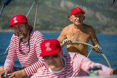 Żeglarzi uczestniczą w żeglowania regatta Ellada 20th jesieni 2018 wśród Greckiej wyspy grupy w morzu egejskim fotografia stock