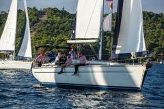 Żeglarzi uczestniczą w żeglowania regatta Ellada 20th jesieni 2018 wśród Greckiej wyspy grupy w morzu egejskim zdjęcie stock
