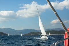 Żeglarzi uczestniczą w żeglowania regatta Ellada 20th jesieni 2018 wśród Greckiej wyspy grupy w morzu egejskim obrazy royalty free