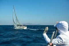 Żeglarzi uczestniczą w żeglowania regatta Ellada 20th jesieni 2018 wśród Greckiej wyspy grupy w morzu egejskim obraz royalty free