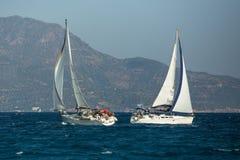Żeglarzi uczestniczą w żeglowania regatta Ellada 20th jesieni 2018 wśród Greckiej wyspy grupy w morzu egejskim obrazy stock