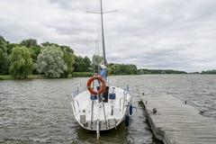 Żeglować jachty z białych żagli jachtu miasta turystycznym nesvizh Belarus Czerwiec 30, 2018 obraz royalty free