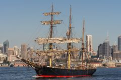 Żeglować Wysoką statku i Sydney linię horyzontu, Australia Fotografia Stock