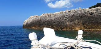 Żeglować z łodzią gdzieś między dennymi skałami obrazy royalty free