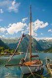 Żeglowania łódź w fjord w Norwegia Obrazy Stock