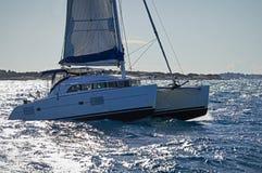 Żeglowania catamaran w szorstkim morzu, Grecja obrazy royalty free