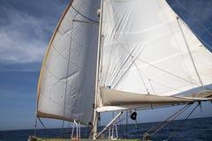 Żeglowanie łódź na sposobie Obrazy Stock