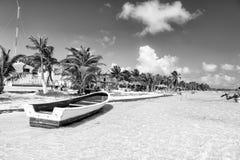 Żeglowanie łódź na wodzie przy plażą, Costa majowie, Meksyk Zdjęcie Royalty Free