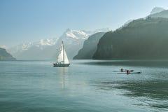 Żeglowanie łodzi cyzelatorstwa para w kajakach na Jeziornym Luzern blisko Brunnen w Szwajcaria obrazy royalty free