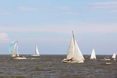 Żeglowanie łodzi jachty przy morzem na niebieskiego nieba tle Zdjęcie Royalty Free