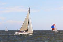 Żeglowanie łodzi jachty przy morzem Wokoło puszki rasy Zdjęcie Stock