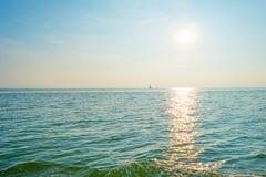 Żeglowanie łodzi żeglowanie na jeziorze przy zmierzchem Obraz Stock
